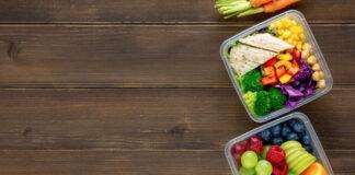 tuppers con fruta, verdura y pollo listos para llevar en take away