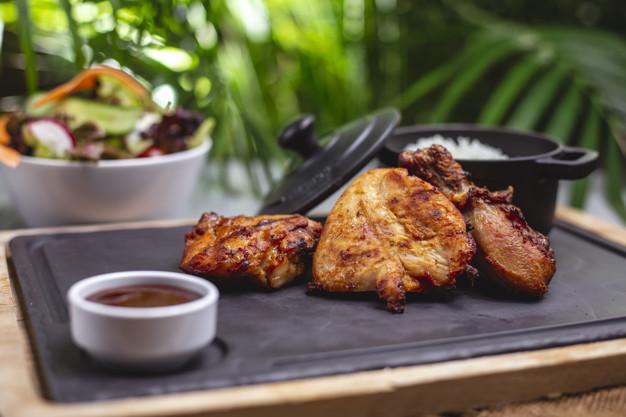pollo a la parrilla con verdura como acompañamiento