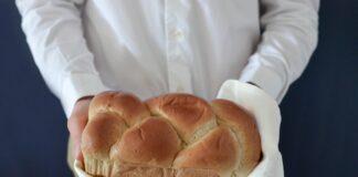 acto de donación de comida con un pan casero