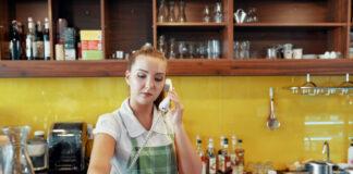 Empleo Hostelería, camarera cogiendo el teléfono