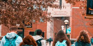 Estudiantes De Espaldas Ayuda Comedores