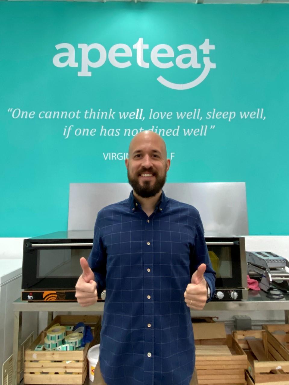 Pablo Apeteat con fondo Verde
