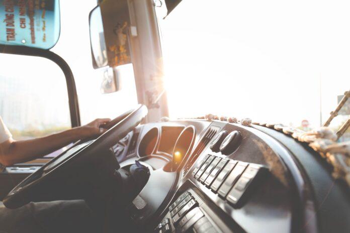 persona con las manos sobre un volante de camión
