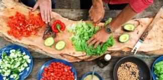 dos personas cortando verduras
