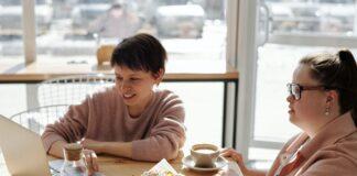 dos mujeres teniendo una reunión en una cafetería