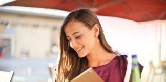 chica consultando una carta de restaurante en una terraza