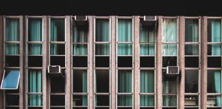 edificio con varios aparatos de ventilación en ventanas