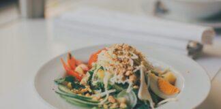 Plato con comida fresca referente a realfooding