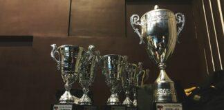 serie de trofeos en forma de copa sobre una mesa