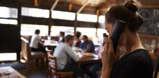 Camarera Hablando Por Teléfono En Restaurante