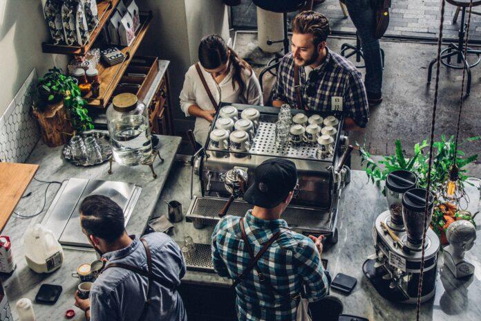 clientes en una cafetería vista desde arriba