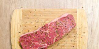 trozo de carne con especias sobre él