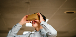 joven con gafas de realidad aumentada de cartón