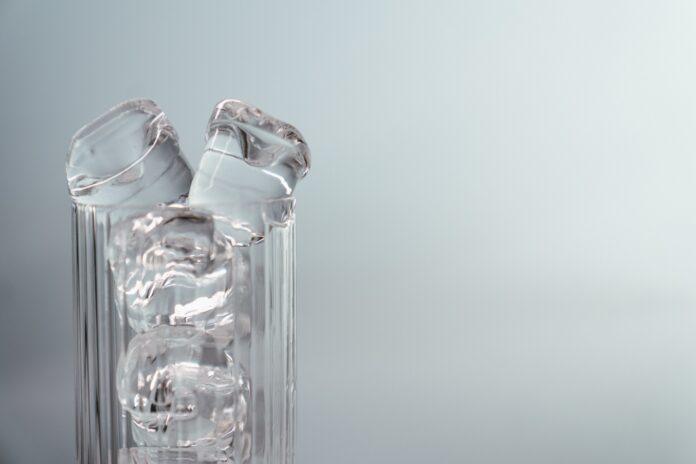 cubitos de hielo en un vaso vacío