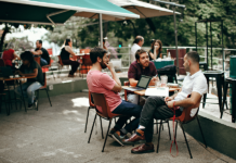 personas en una terraza de bar hablando