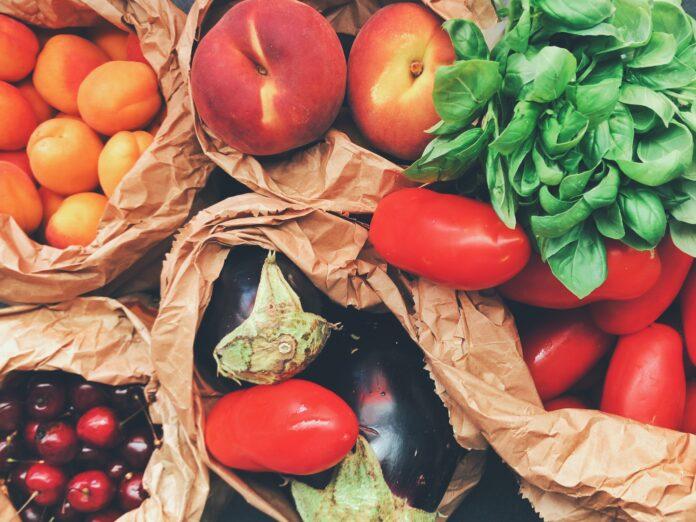 frutas y hortalizas variadas en bolsas de papel