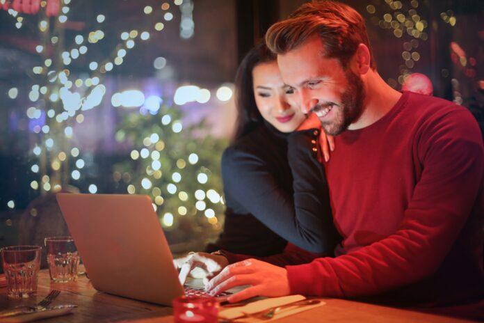 una pareja comprando por internet en casa