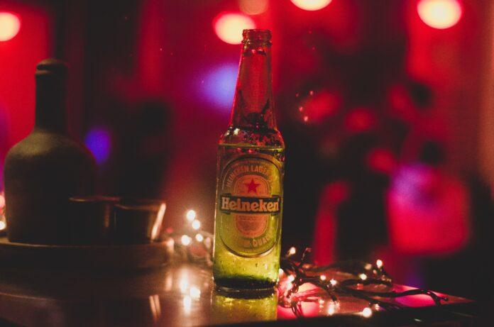 botella de cerveza heineken en un bar