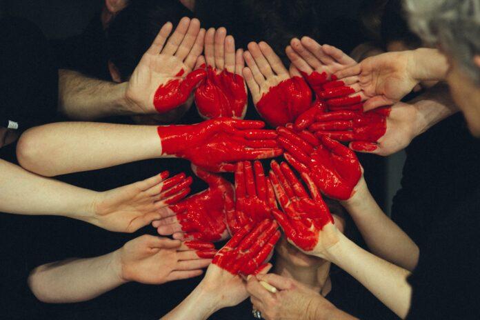 manos unidas en forma de corazón