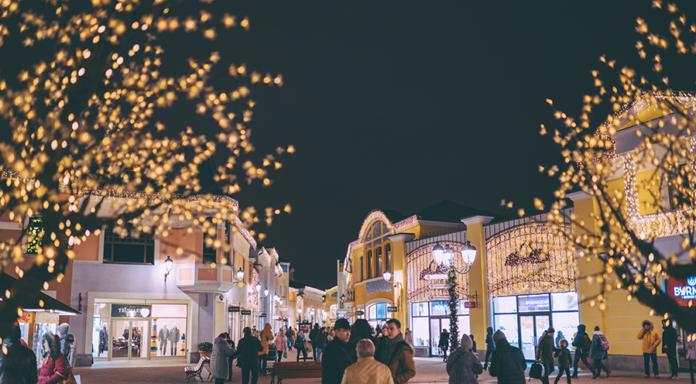 mercado de navidad al anochecer
