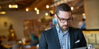 manager de restaurantes con tablet