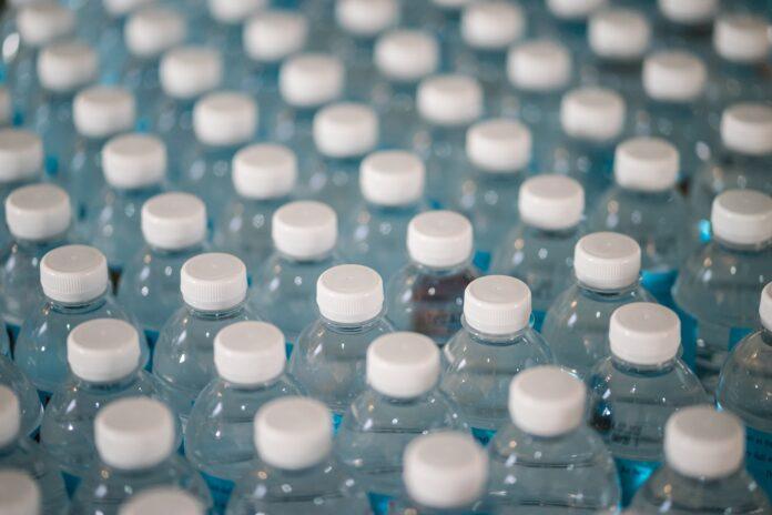 muchas botellas en cadena de producción