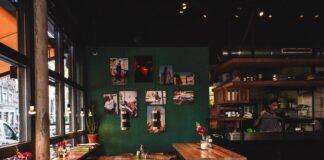 restaurante con mesas de madera vacías