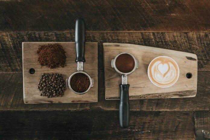 variedades de café sobre fondo madera