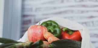 bolsa de tela con verduras y frutas
