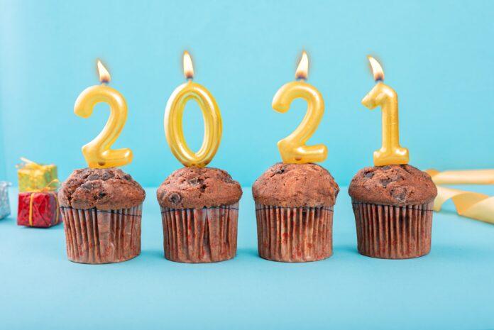 4 velas sobre muffins marcando 2021