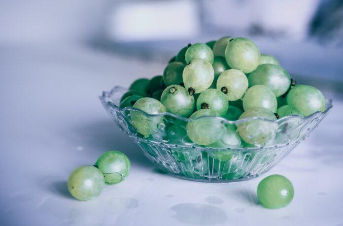 uvas en un cuenco de cristal