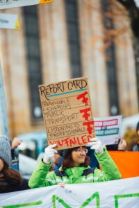 mujer con pancarta en manifestación