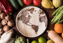 vista cenital de un plato con los países y fruta y verdura