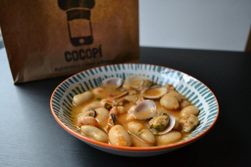 plato de judías con almejas con bolsa de cocopí