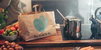 bolsa sobre encimera con alimentos en la cocina