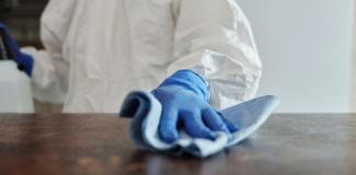 mano con guante limpiando una superficie