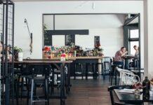 restaurante casi vacío con mesas altas