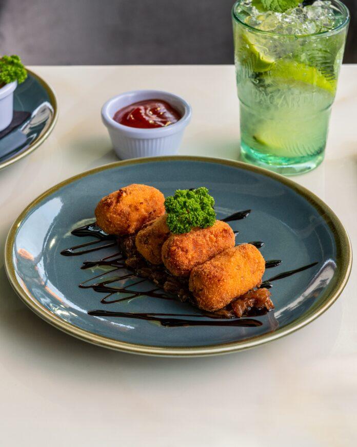 croquetas en un plato de restaurante