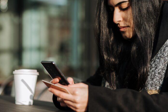 mujer comprando online con el móvil