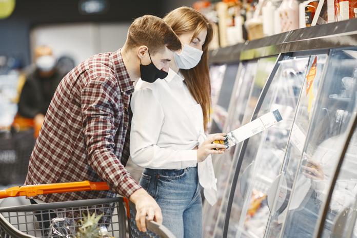 parejaj en supermercado comprando Platos Preparados Super
