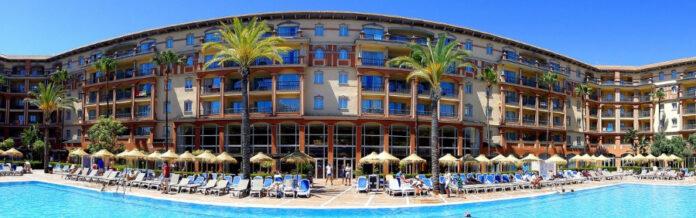 Oh!tels hotel con palmeras y sombrillas