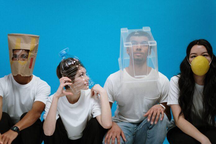 jóvenes con plástico en la cabeza