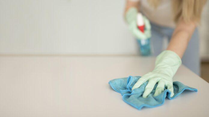 mujer limpiando una superficie